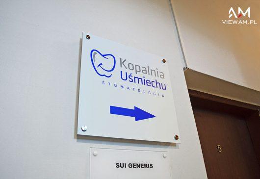 tabliczka_na_dystansach_reklama_przydrzwiowa_ku_katowice